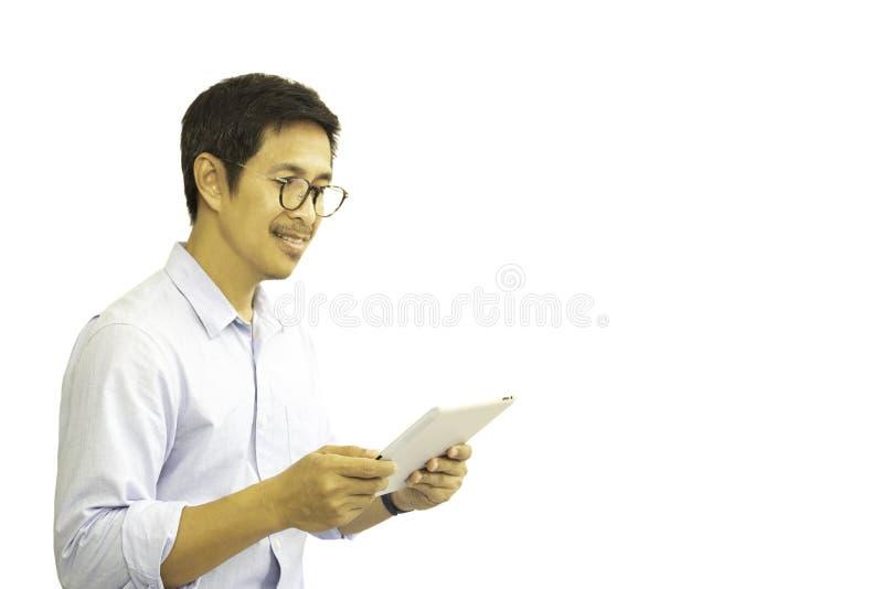 Aziatische mens die met die oogglazen wordt geïsoleerd tablet bekijken in het knippen van weg stock afbeelding