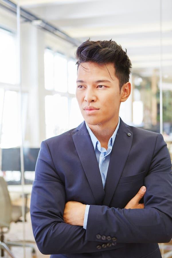Aziatische mens die met scepticisme denken royalty-vrije stock foto