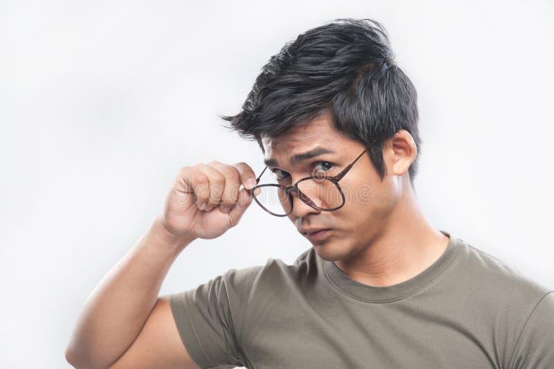 Aziatische mens die nerdy glazen houdt stock afbeeldingen