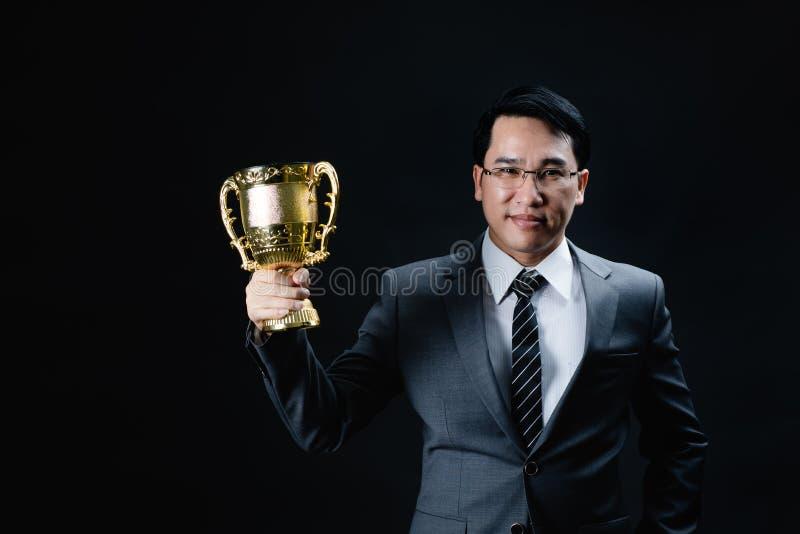 Aziatische mens in formele kostuum en trofee royalty-vrije stock fotografie