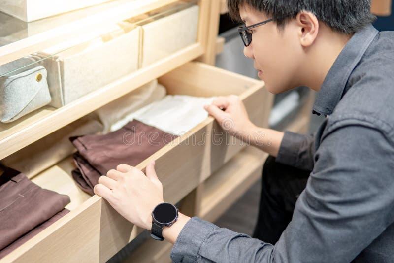 Aziatische mens het openen kabinetslade stock foto