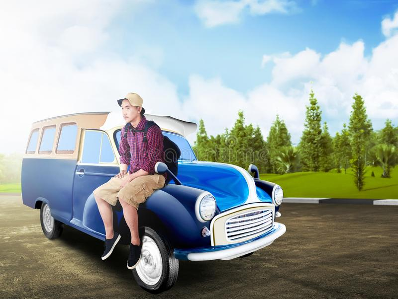 Aziatische mens in hoed met rugzakzitting op de autokap bij weg royalty-vrije stock afbeelding