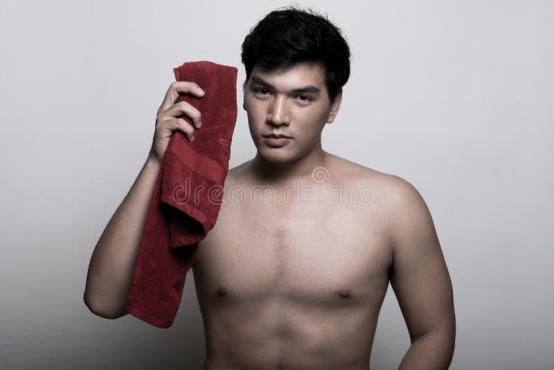 Aziatische mens met handdoek in de hand stock afbeelding