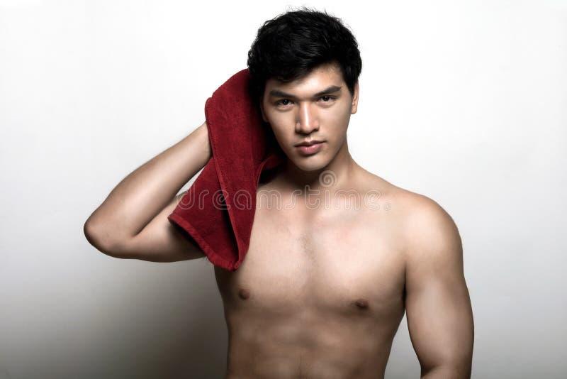 Aziatische mens met handdoek in de hand stock afbeeldingen