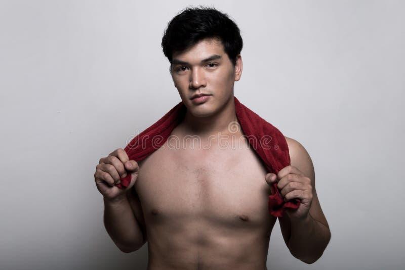 Aziatische mens met handdoek in de hand royalty-vrije stock foto's