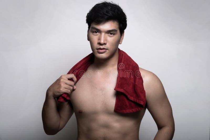Aziatische mens met handdoek in de hand royalty-vrije stock afbeelding