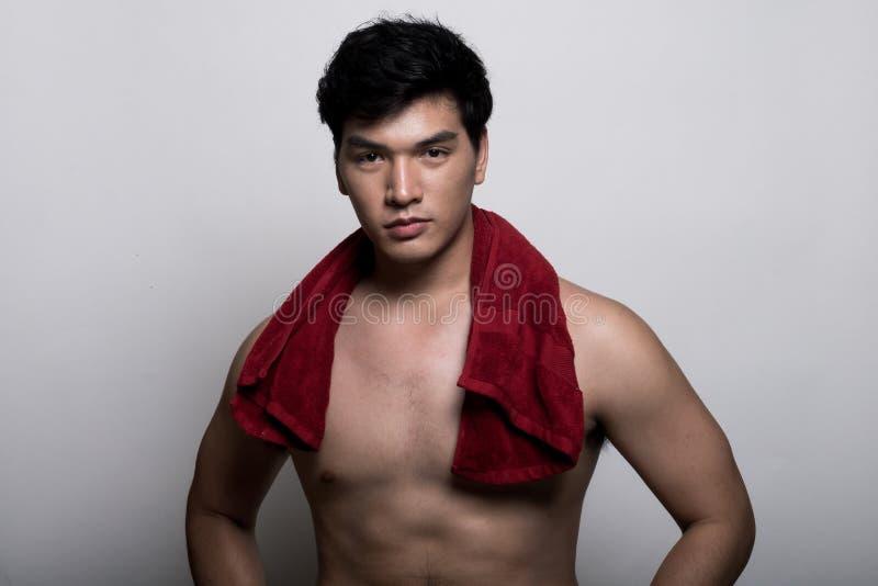 Aziatische mens met handdoek in de hand stock foto's