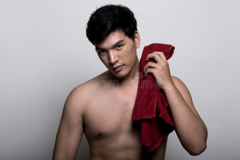Aziatische mens met handdoek in de hand stock foto