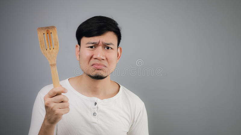 Aziatische mens met spade van pan royalty-vrije stock afbeeldingen