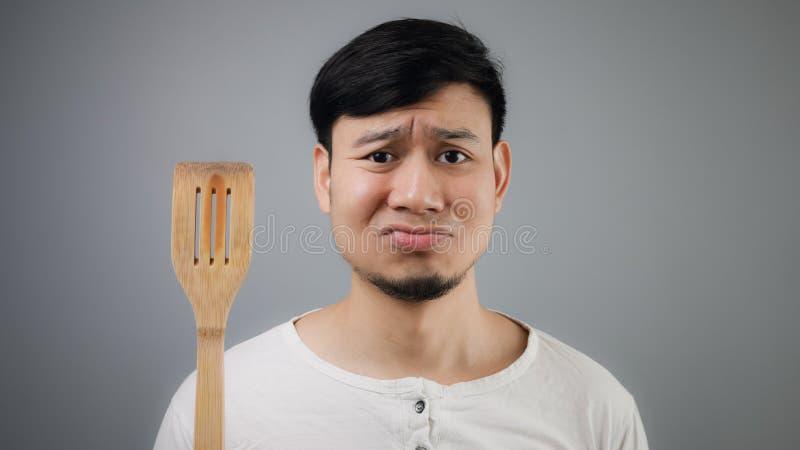 Aziatische mens met spade van pan stock foto's