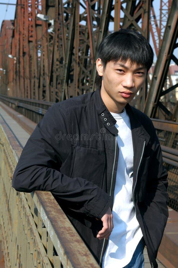 Aziatische Mens op de Brug stock foto