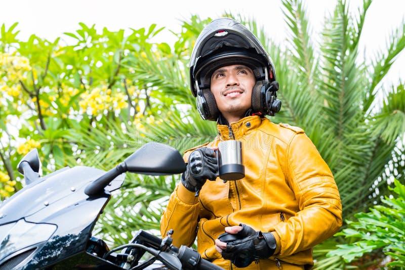 Aziatische mens op motorfiets met helm stock afbeelding