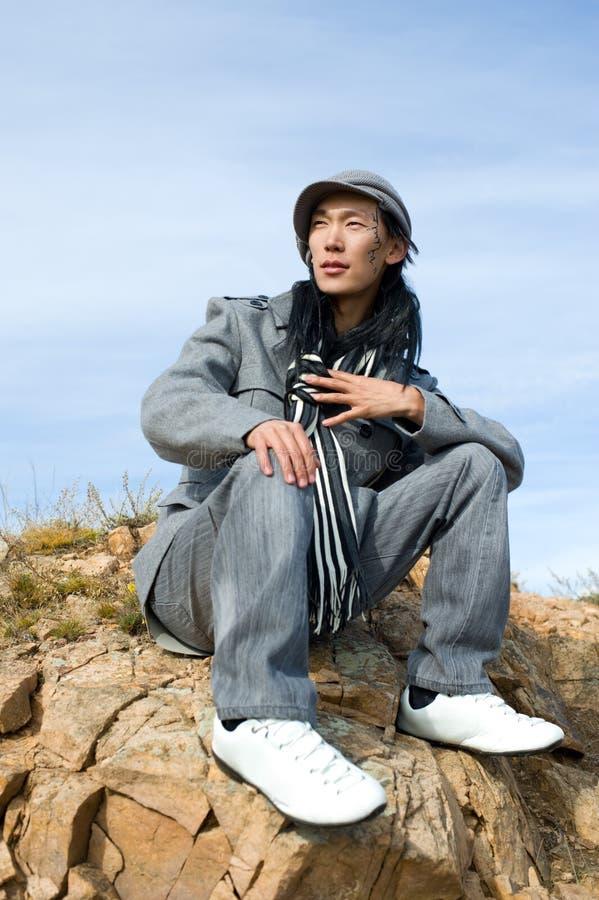 Aziatische mens van manier in grijs stock foto's