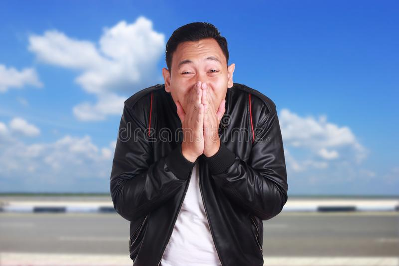 Aziatische Mens in Zwarte Leerjasje het Glimlachen Gooi royalty-vrije stock afbeelding