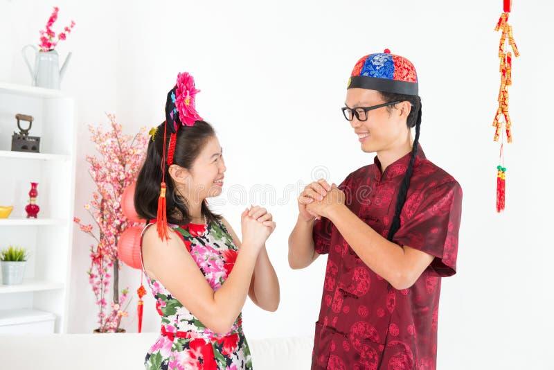 Aziatische mensen die tijdens Chinese Nieuwe Dag begroeten stock foto's