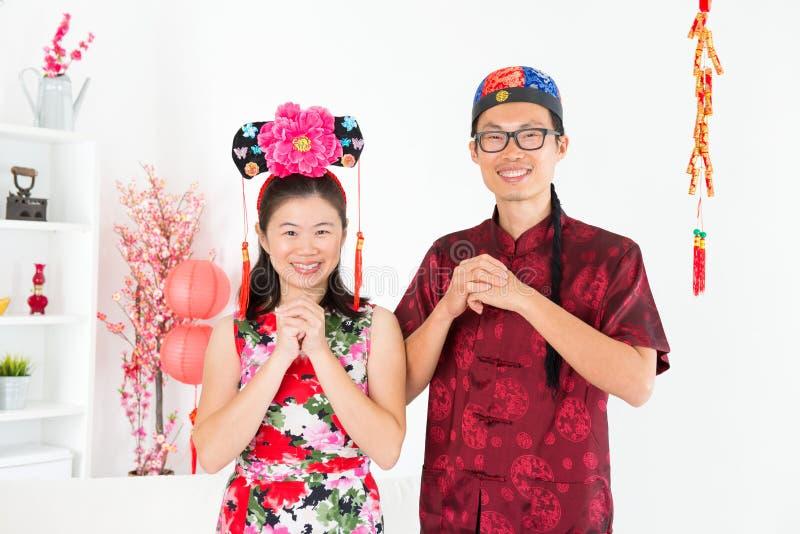 Aziatische mensen die tijdens Chinese Nieuwe Dag zegenen stock foto's