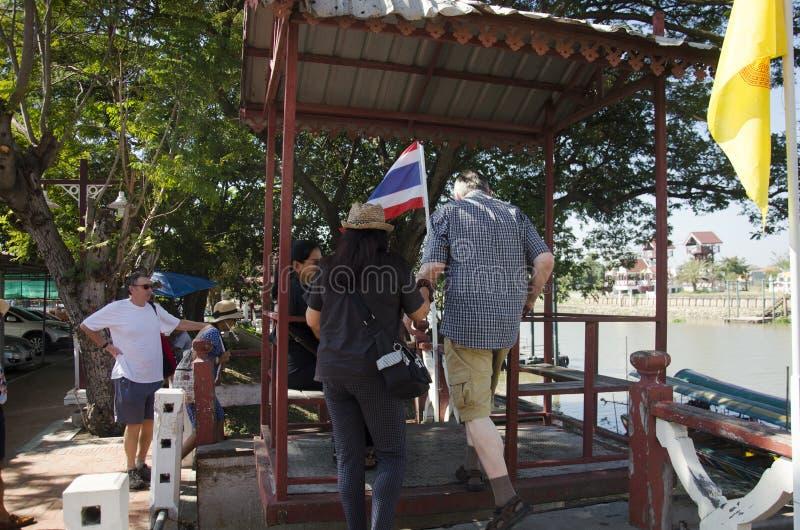 Aziatische mensen en de buitenlandse kabelwagen van het reizigersgebruik over de rivier van chaophraya stock foto