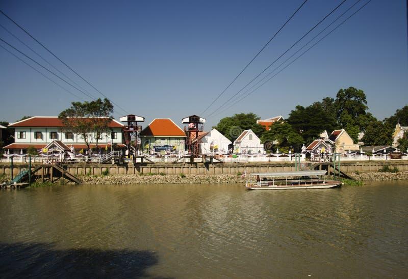 Aziatische mensen en de buitenlandse kabelwagen van het reizigersgebruik over de rivier van chaophraya stock afbeeldingen