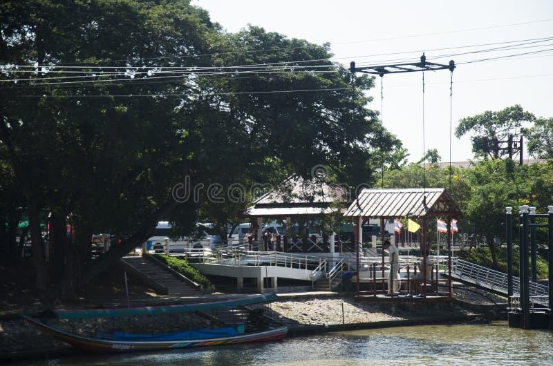 Aziatische mensen en de buitenlandse kabelwagen van het reizigersgebruik over de rivier van chaophraya royalty-vrije stock fotografie