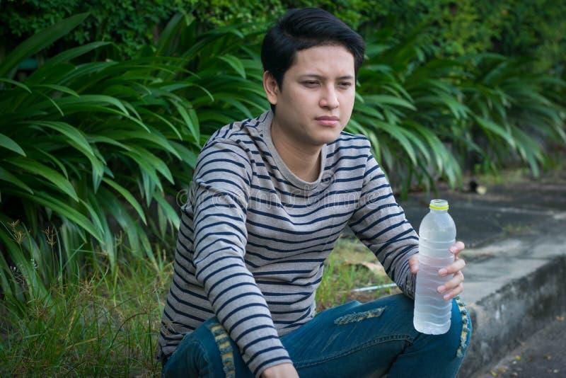 Aziatische mensenzitting en drinkwater royalty-vrije stock foto's
