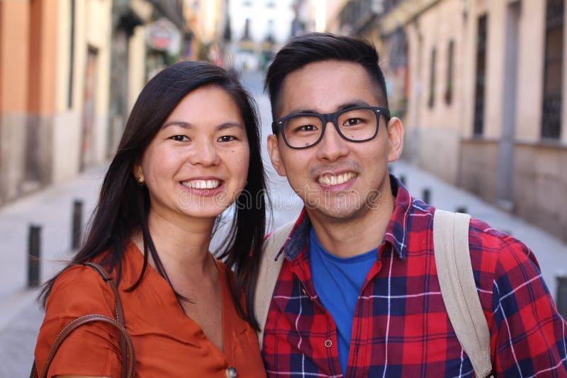 Aziatische minnaars die in de stad stellen royalty-vrije stock afbeelding