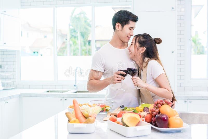 Aziatische minnaars of paren die wijn in keukenruimte thuis drinken L royalty-vrije stock foto's