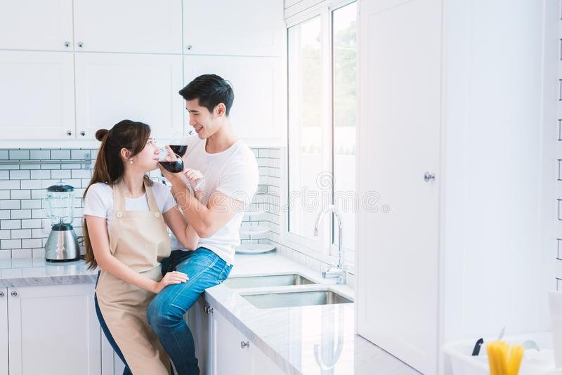 Aziatische minnaars of paren die wijn in keukenruimte thuis drinken Liefde en gelukconcepten Zoet wittebroodsweken en Valentine-d royalty-vrije stock foto's