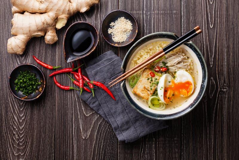 Aziatische Miso ramen noedels met ei, tofu en enoki stock fotografie