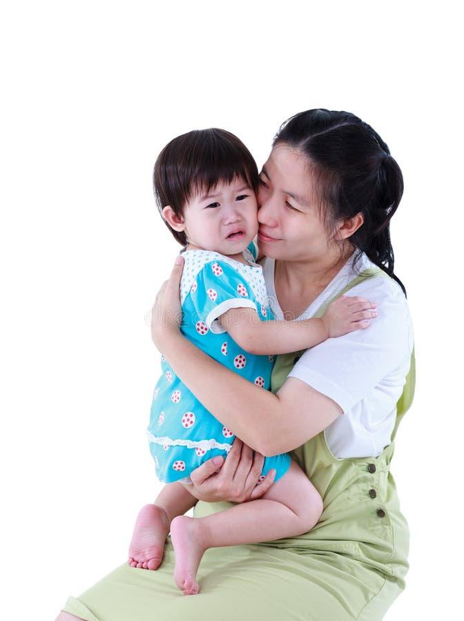 Aziatische moeder die haar dochter met liefde koesteren te troosten isoleer stock afbeelding