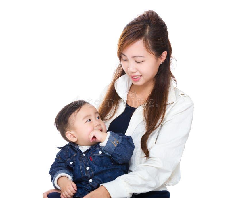 Aziatische moeder die haar zoon bekijken stock foto's