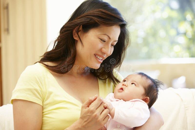 Aziatische moeder en baby royalty-vrije stock afbeelding
