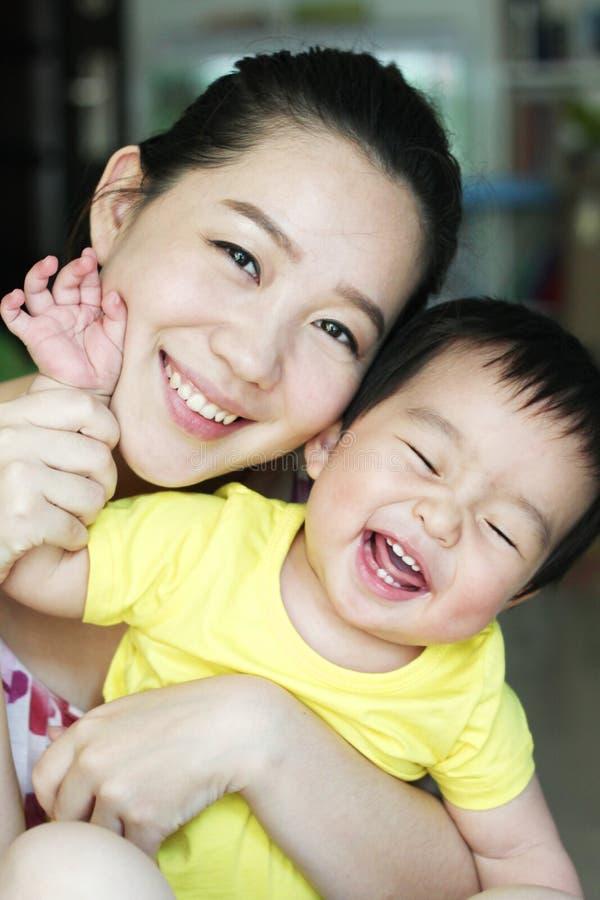 Aziatische moeder en haar zoon stock fotografie