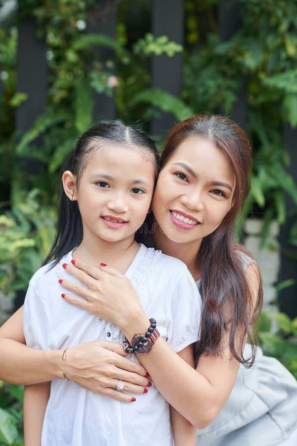 Aziatische moeder met weinig dochter stock foto's