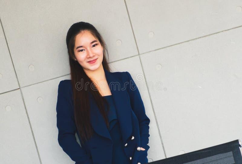 Aziatische mooie bedrijfs zo gelukkige vrouwenglimlach royalty-vrije stock afbeelding