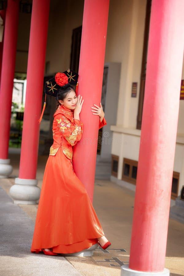 Aziatische mooie jonge vrouw die een traditionele Chinese bruidkleding dragen royalty-vrije stock foto