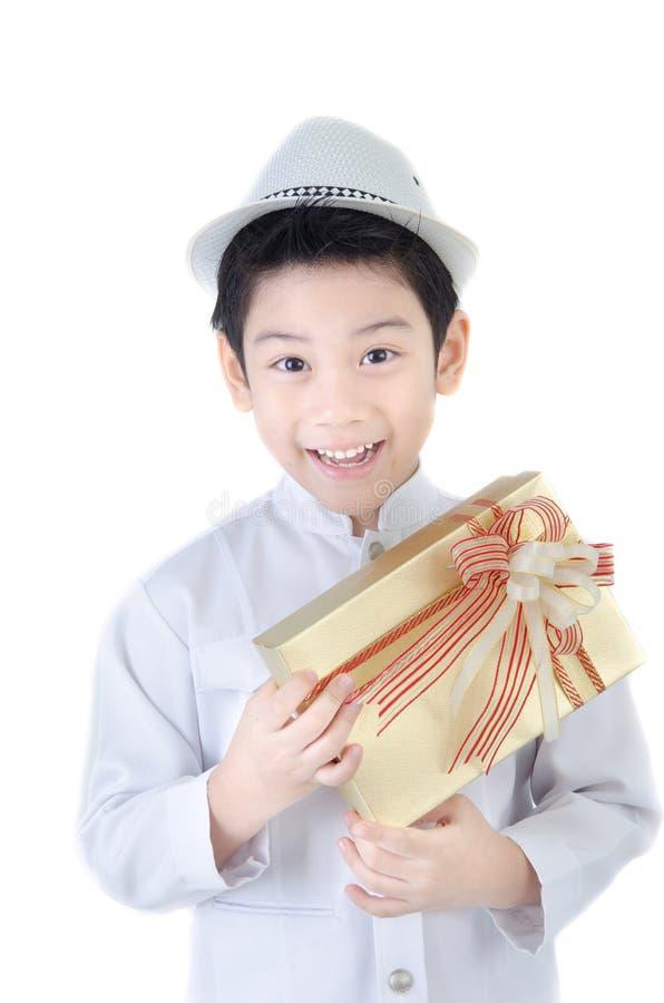 Aziatische Mooie Jongen met giftbox royalty-vrije stock afbeeldingen