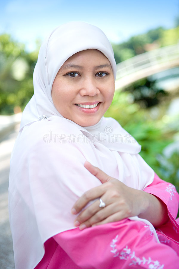 Aziatische Moslimvrouwenlezing openlucht. royalty-vrije stock foto's