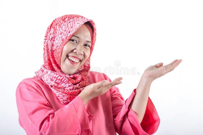 Aziatische muslimah bedrijfsvrouw die vriendschappelijke glimlach dragen royalty-vrije stock afbeeldingen
