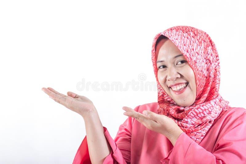 Aziatische muslimah bedrijfsvrouw die vriendschappelijke glimlach dragen stock afbeeldingen