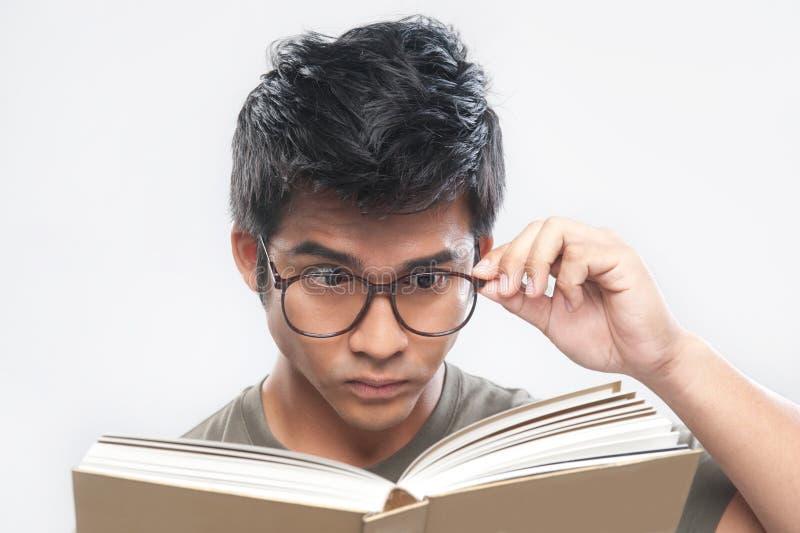 Aziatische Nerd die holdingsglazen bestudeert stock afbeeldingen