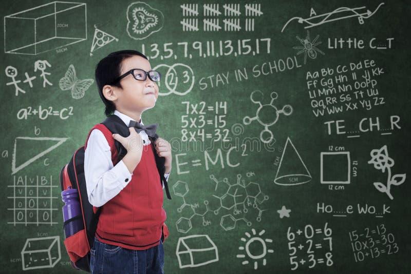 Aziatische nerdjongen met rugzak in klasse royalty-vrije stock foto's