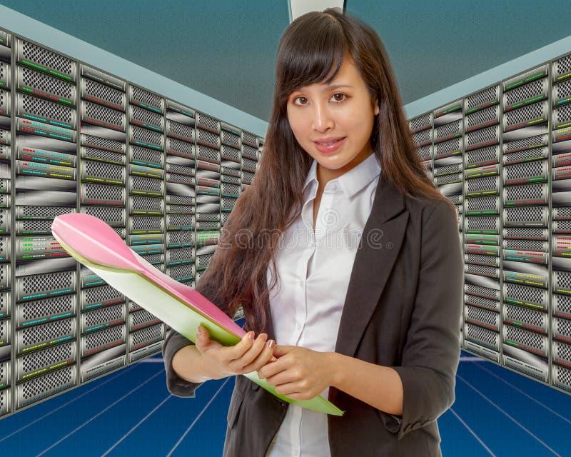 Aziatische netwerkingenieur in serverruimte stock afbeelding