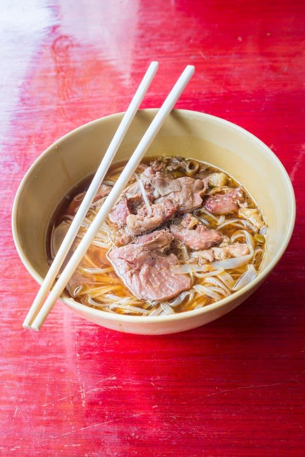 Download Aziatische Noedel Met Gestoofd Varkensvlees In De Kom Stock Afbeelding - Afbeelding bestaande uit gastronomisch, voedsel: 54081989