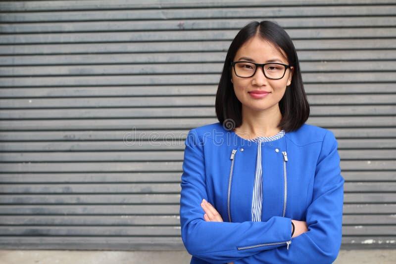 Aziatische onderneemster die haar wapens kruisen royalty-vrije stock fotografie