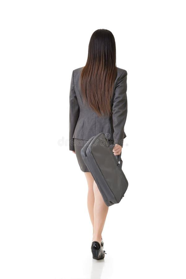 Aziatische onderneemster die met een handtas lopen stock afbeelding