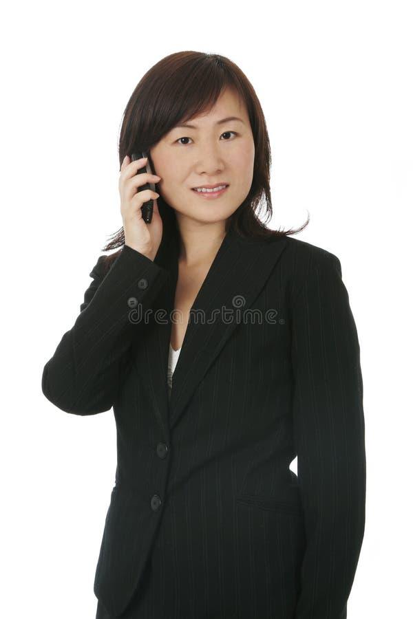 Aziatische Onderneemster met Mobiele Telefoon royalty-vrije stock afbeelding