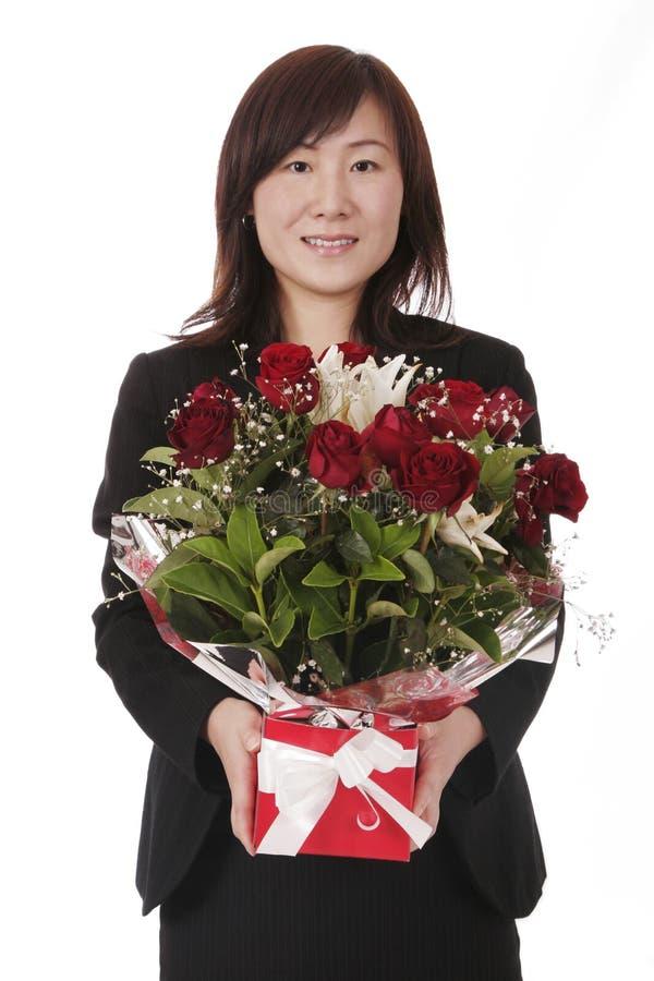 Aziatische Onderneemster met Rode Rozen stock foto