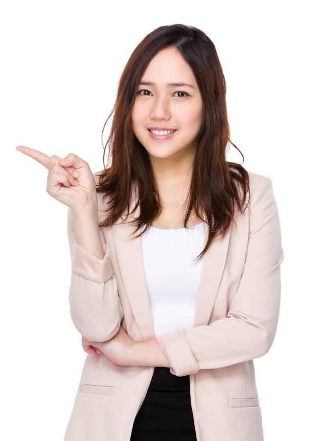 Aziatische onderneemster met vinger omhoog punt royalty-vrije stock afbeeldingen