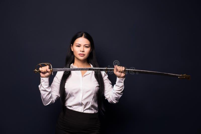 Aziatische onderneemster met zwaard royalty-vrije stock foto's