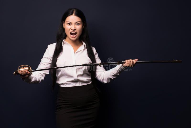 Aziatische onderneemster met zwaard stock afbeeldingen